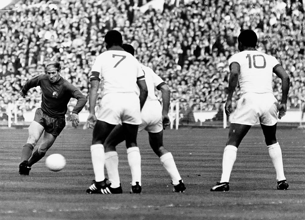 Bobby Charlton : Manchester United v.. Art Print