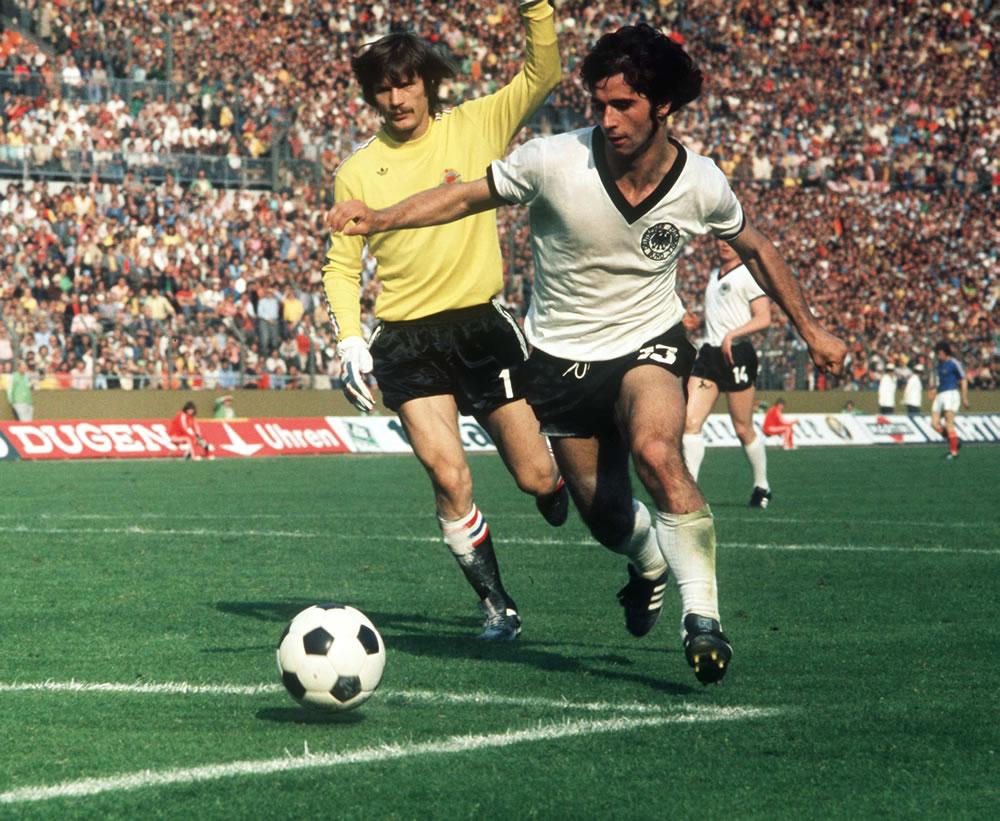 1974 World Cup: Yugoslavia v West Germany Art Print