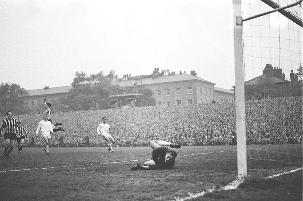 1969 Fairs Cup Final - Scott scores third goal for Newcastle v òjpest.. Art Print