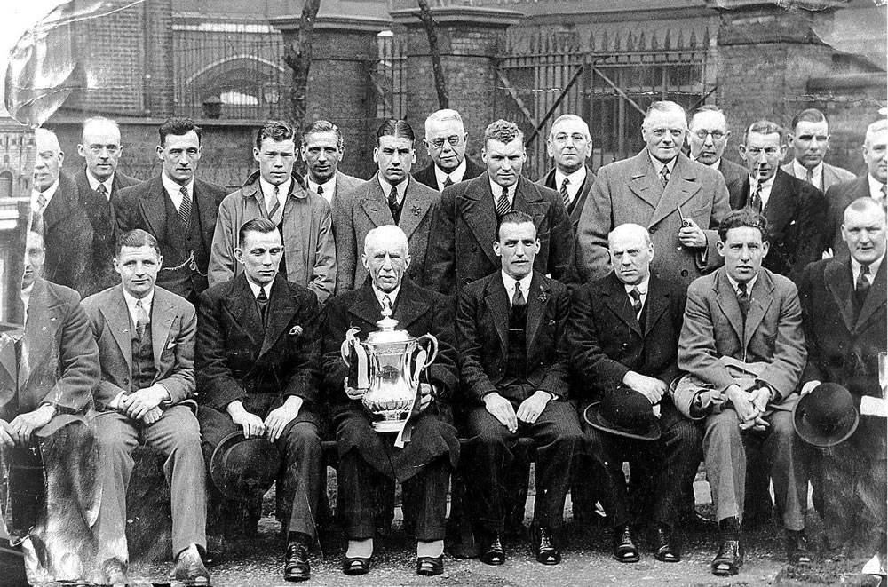 Alderman J Lunn (holding FA Cup) with the team and Directors of Newcastle.. Art Print