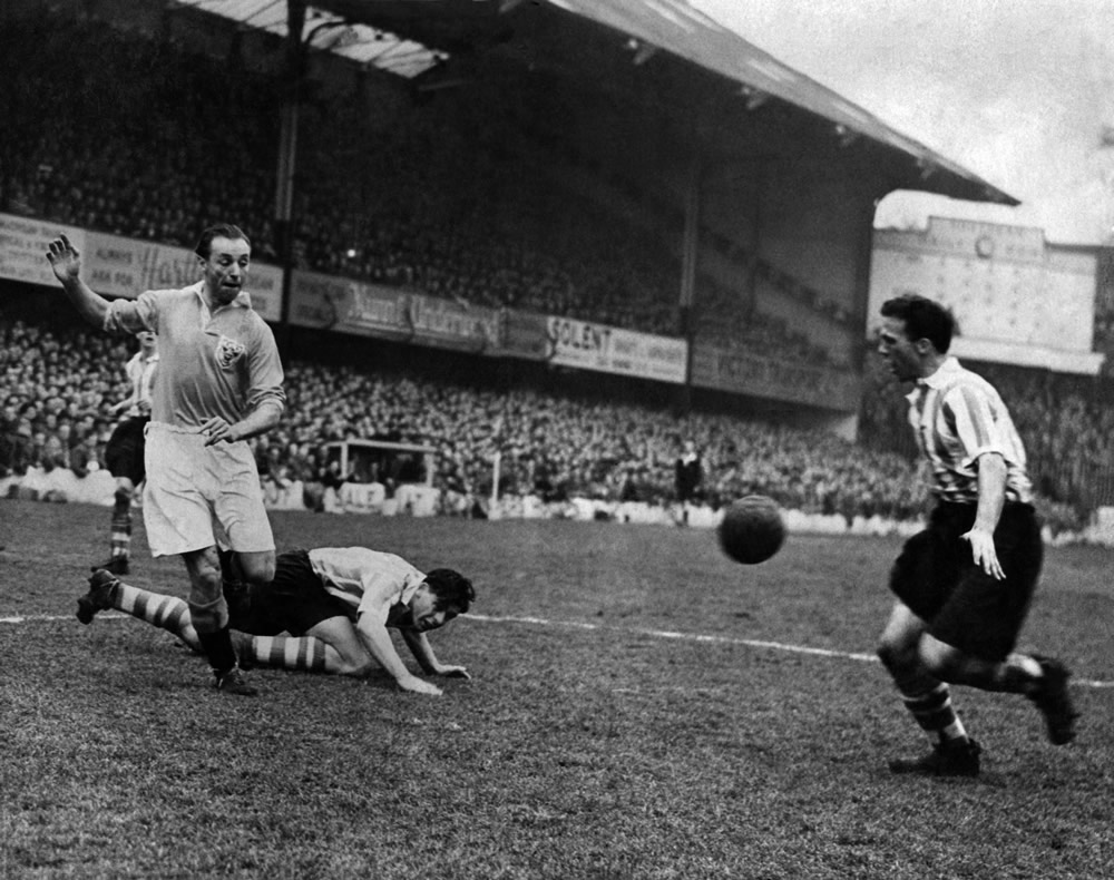 Blackpool v Southampton. Stanley Matthews (left) with Peter Sillett (on.. Art Print