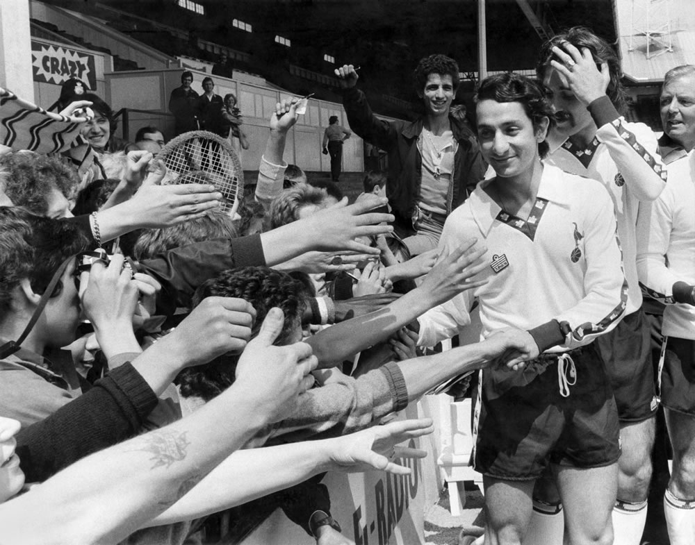 Osvaldo Ardiles greets Spurs fans, July 1978 Art Print