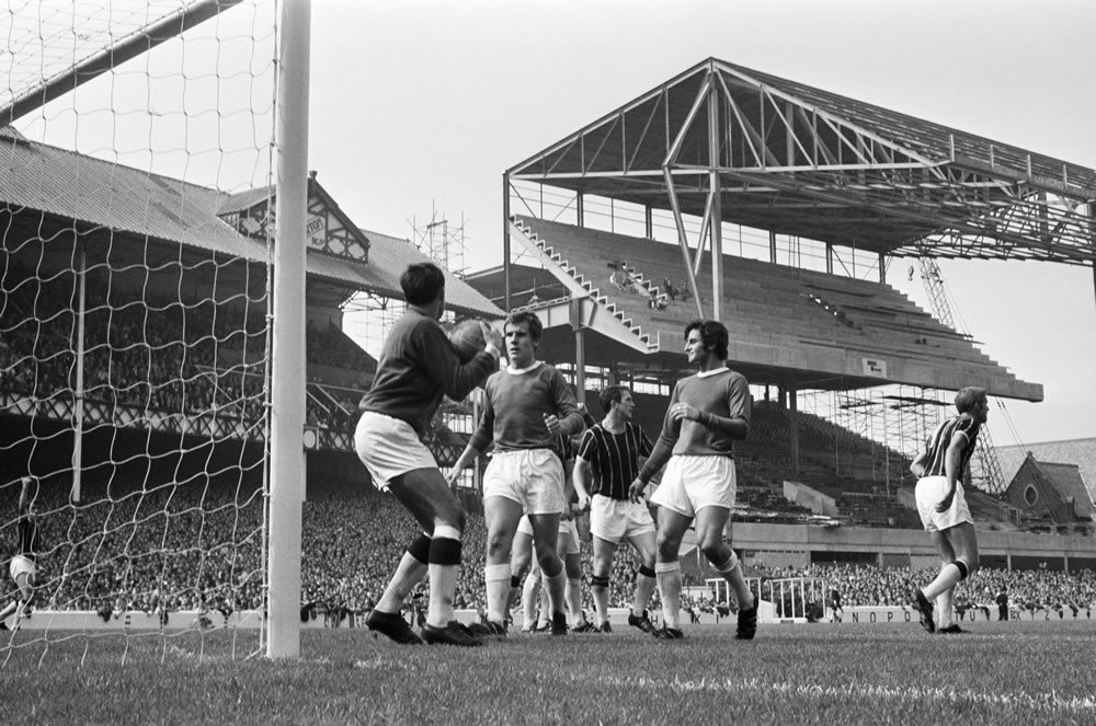 Action during the match between Everton and Crystal Palace at Goodison.. Art Print