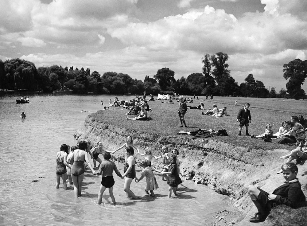 Children paddling in the River Thames.. Art Print