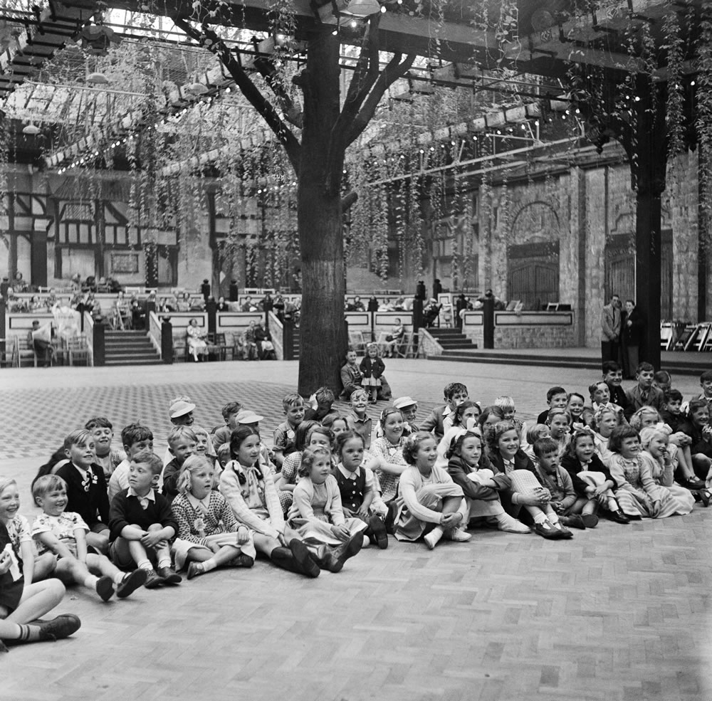 A group of children in the Vienna Ballroom, Butlins Holiday Camp, Filey,.. Art Print