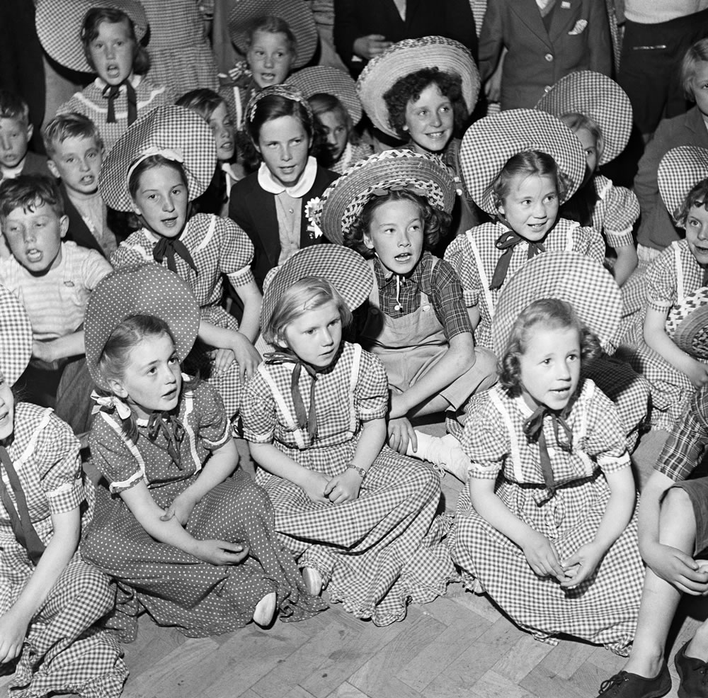 Children in traditional clothing at Butlins Holiday Camp, Filey, North.. Art Print