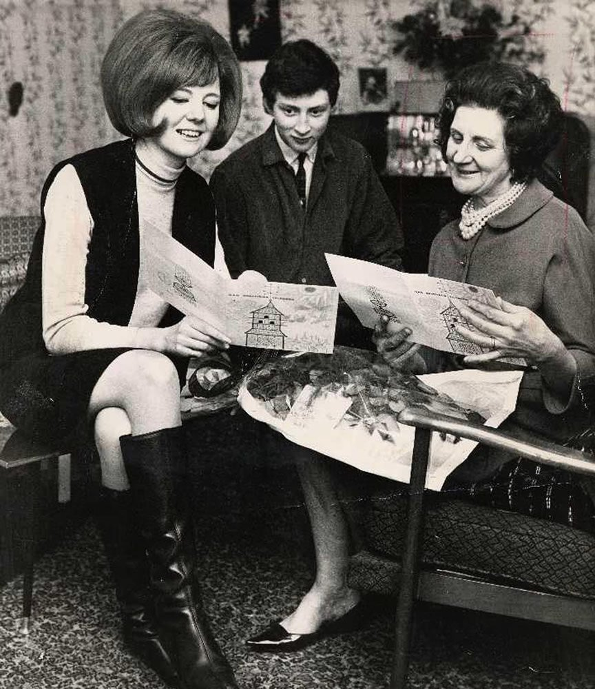 Singer and presenter Cilla Black with her brother and her mum Art Print