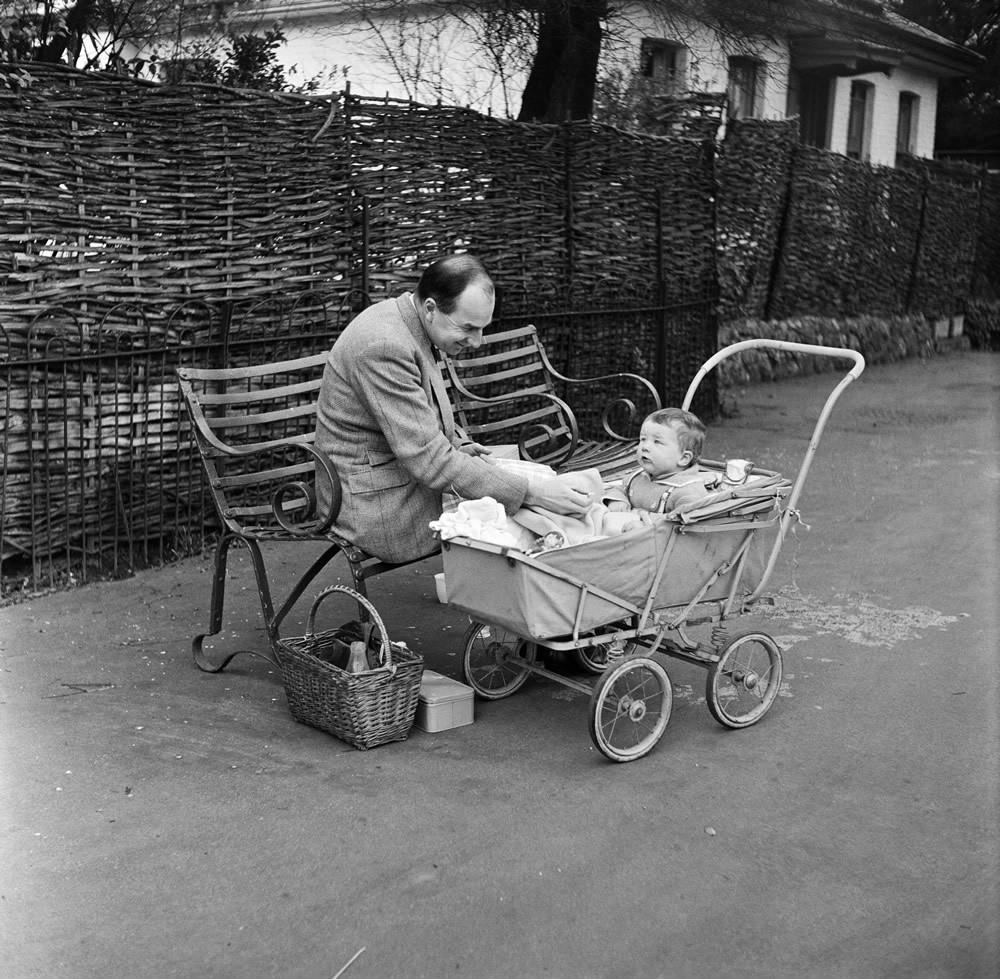A man and child enjoying a picnic at London Zoo. 29th December 1954. Art Print