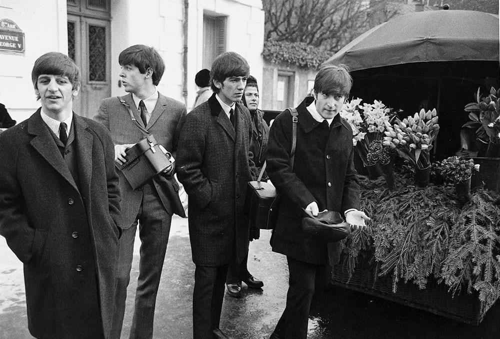 The Beatles: 1964 The Beatles walk.. Art Print
