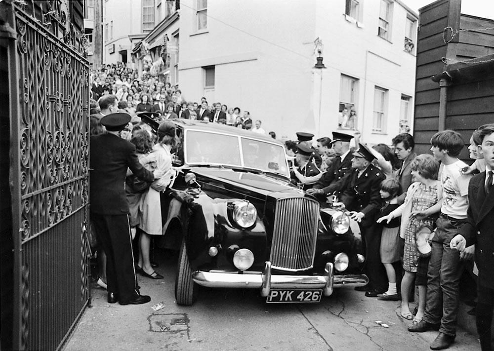 The Beatles: 1964 The Beatles limousine.. Art Print