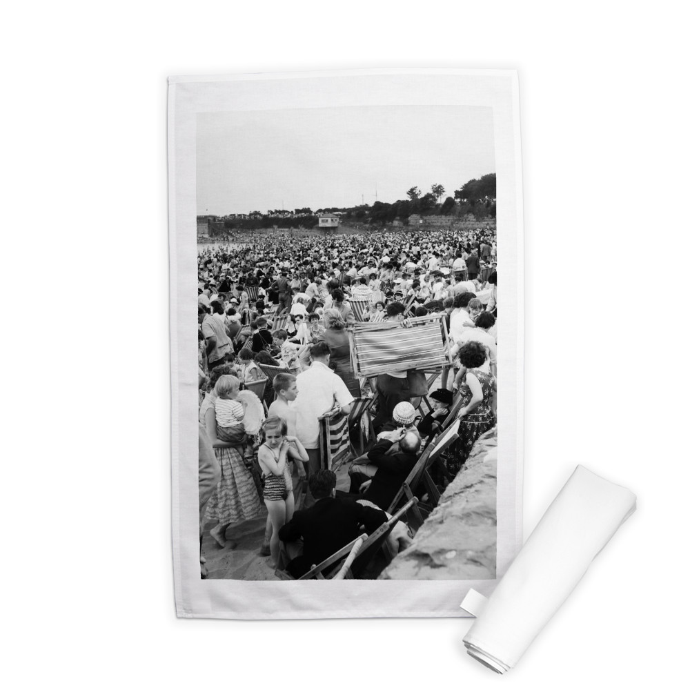 Holiday Crowds at Barry Island: The Fantastic Holiday crowds which took.. Tea Towel